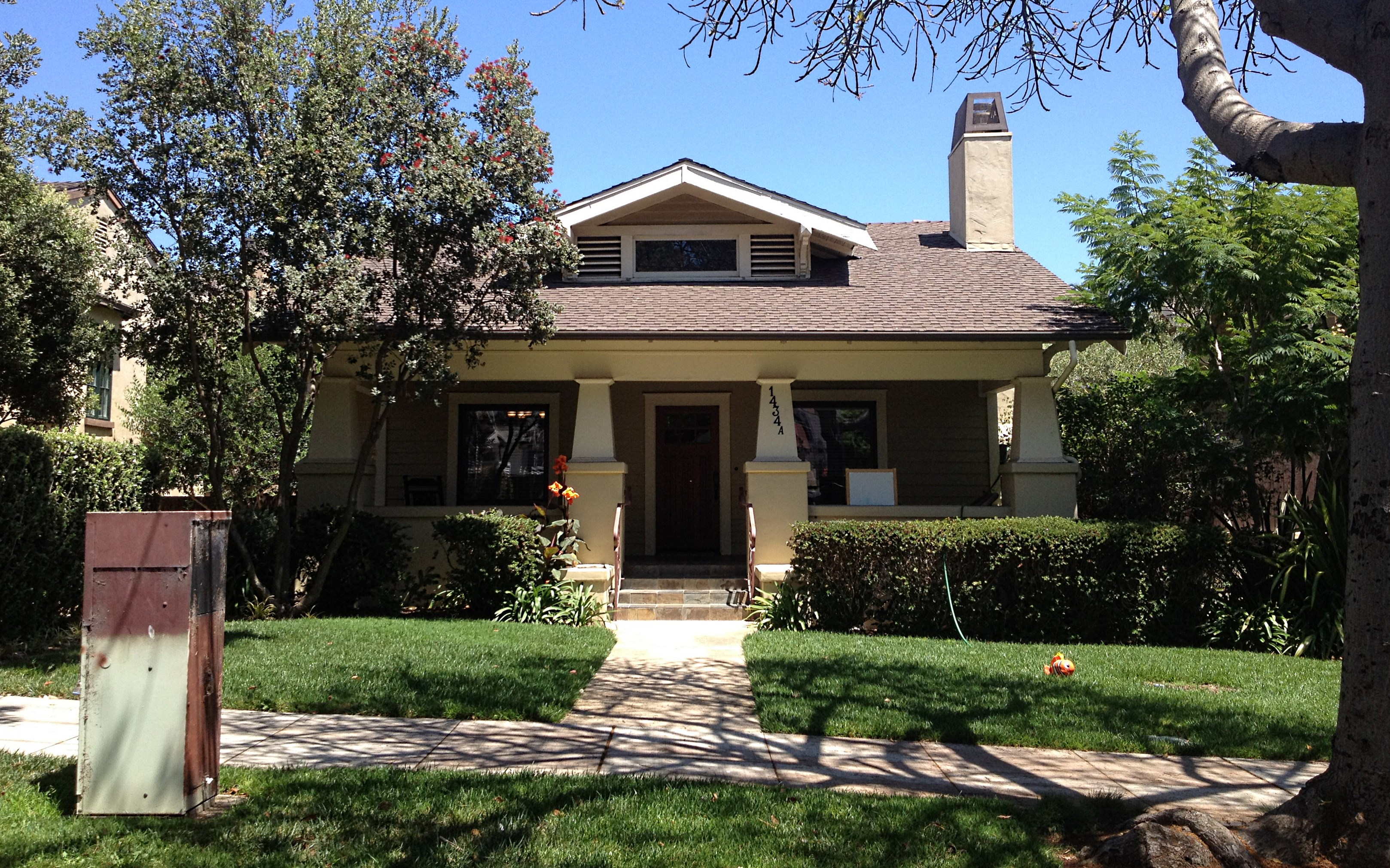 photo essay santa barbara s bungalow haven and amazing county court house the craftsman bungalow. Black Bedroom Furniture Sets. Home Design Ideas